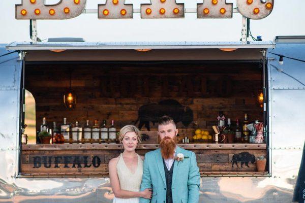 wedding-bar-with-couple